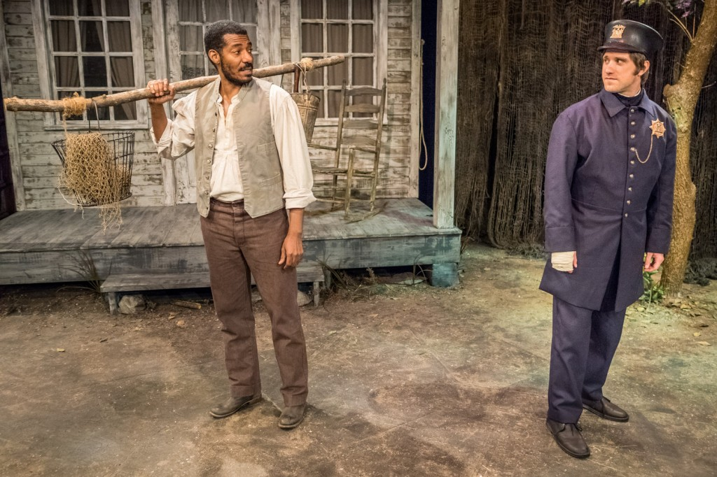 Stephen Van Cleef, a fictional Seneca Village resident played by Billy Eugene Jones (left), meets a New York City police officer, played by Andy Truschinski, in The People Before the Park at Premiere Stages at Kean University in Union, NJ Foto: Mike Peters/Premiere Stages